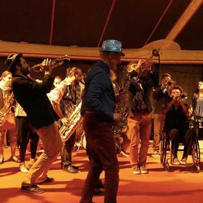 Le-survol-du-bourdon festival bitume plumes 2017
